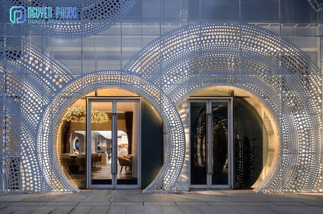 https://nguyenphongcnc.com/assets/images/gallery/mat-dung-sat-cat-hoa-van-cnc-building-toa-nha-showroom.jpg